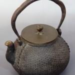 麻の葉模様が美しい祥雪堂造の古い鉄瓶をお譲りいただきました